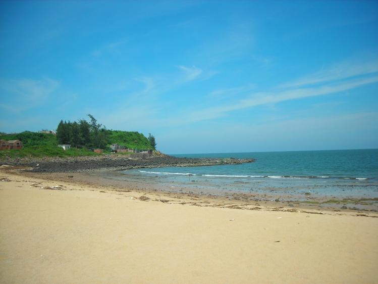 曾经看过朋友在硇洲岛拍下的美丽照片,在那个迟来的暑假,忍不住和同学去了一趟,的确不枉此行! 温柔安静的那晏湾,只听得到海浪声。在这里,高大的木麻黄在海边为我们撑起巨大的遮阳伞,几个小孩躺在树下悠闲地午睡,伴着轻柔的海风。  只有海浪声的那晏湾(陶陶摄)  午睡过后,捉螃蟹挖贝壳又成了他们的无限乐趣  数不清的黑色礁石,是那晏湾的特色(陶陶摄)  像童话中的红墙小屋(陶陶摄)  充满传说色彩的硇洲灯塔(陶陶摄)  摄像头中的硇洲灯塔  一排排渔船,让人联想起辛勤的渔民(摄/陶陶,效果/Jo)  归去途中,波