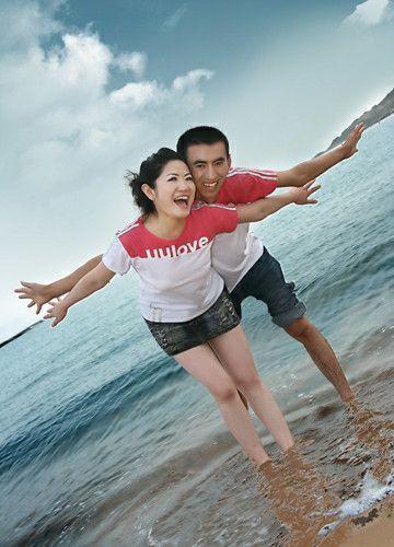 情侣装造型婚纱照:爱在海上耍
