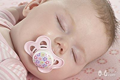 小提示:如果你的小宝宝白天一整天都在睡觉,在吃奶的时候也在打瞌睡