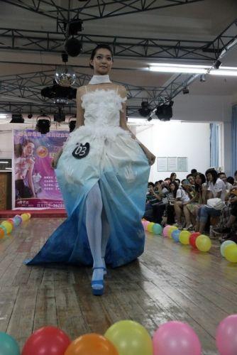 塑料袋环保连衣裙服装:材料:若干颜色塑料袋,剪刀,缝纫机(缝衣针线)