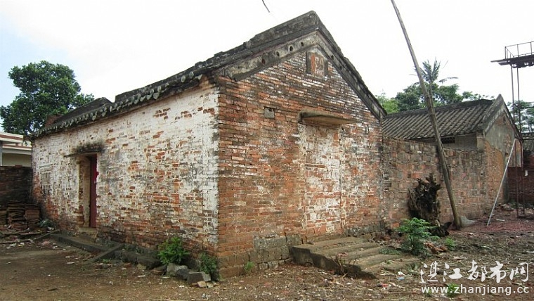 徐聞縣錦和鎮城內村,是一個特別的海邊小村莊。這個村莊不僅殘留有一段保護完好的明代古城墻、幾十座清朝時期修建的獨特房屋,還有為數不少的民國時期雕刻的石狗、石獅等。這些構成了該村獨特的古文化和豐富多彩的歷史。 石狗石獅碑刻等 構成城內村的特色石文化 石狗在湛江是一種特色民俗文化,而在錦和鎮的城內村,這種文化更濃更特別更深入人心。 城內村的村巷,有的東西走向,有的南北走向,也有的呈不規則的走向。記者近日在城內村的村巷上行走,發現不少村民的家門口都擺放著石狗。有的村民門口擺一個,也有的擺放兩個。村民明叔的家門口