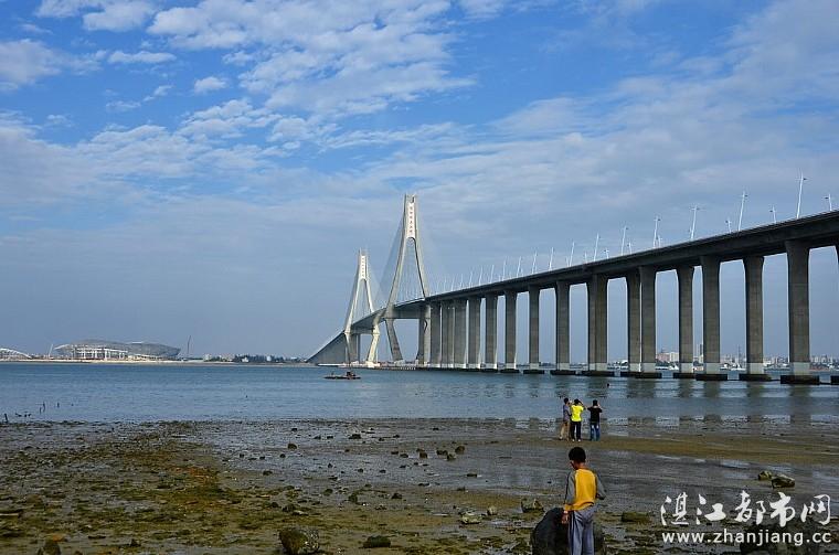 蓝天白云下的海湾大桥