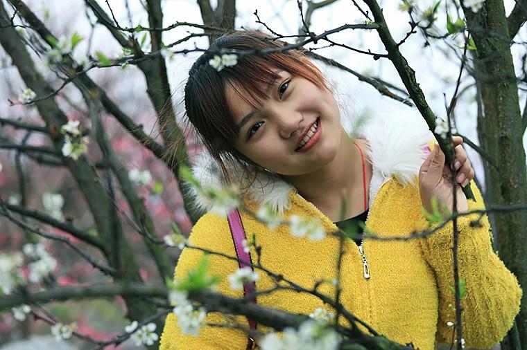 桃花树下美少女
