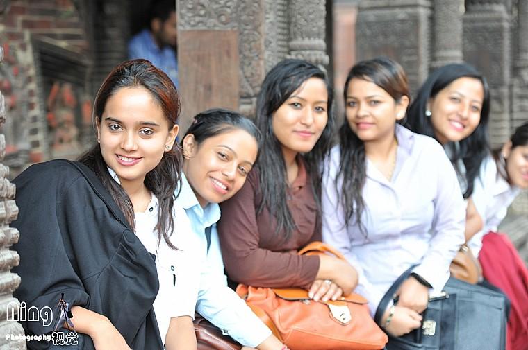 在尼泊尔柏坦广场偷拍美女被发现后