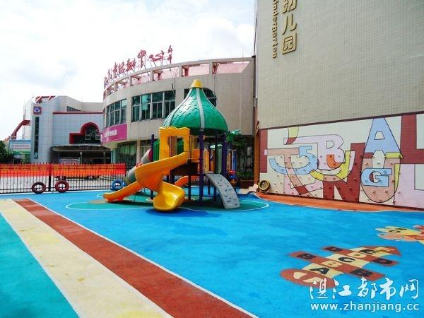 右下小小高尔夫球场,左下室外活动区) 小脚印(国际)幼儿园地址:湛江市