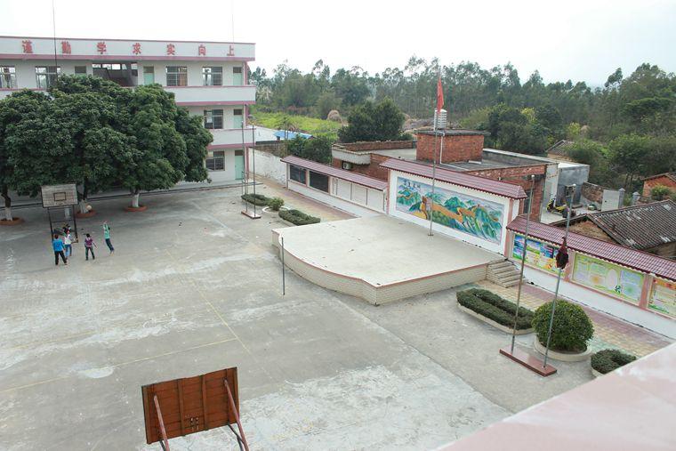 学校升旗台,篮球场(排球场)以及3层教学楼